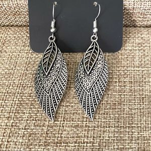 Hold 4 T *Wind Wanderer Triple Feather Earrings